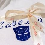 Вышивка имени и робота-трансформера на белом халате синими атласными нитками