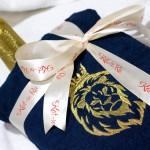 Вышитый золотыми нитками лев в короне на темно-синем махровом халате