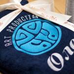 Синий махровый халат с вышивкой имени и логотипа