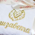 Белый махровый халат с вышивкой льва в короне и имени золотой нитью