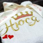 Белый детский махровый халат с вышивкой имени Нюся и короной