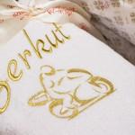 Вышивка с изображением мотоцикла на белом махровом халате