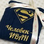 Вышивка на синем махровом халате логотипа супермена
