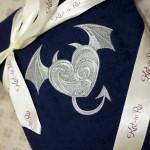 Вышивка на подарочном махровом халате - сердце с рогами и хвостом