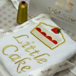 вышивка изображения торта на белом махровом халате